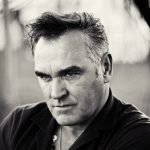 "Morrissey lança a inédita ""Spent The Day In Bed"""